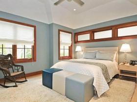 Креативная спальня теплых оттенков с деревянными окнами
