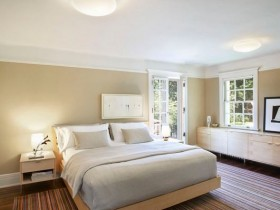 Светлая спальня с разноцветным ковром