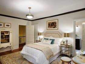 Светлая классическая спальня с зеркальной тумбочкой