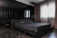 Современная черная спальня с серым потолком