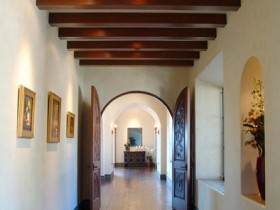 The design of the corridor in a Mediterranean style