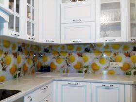 White kitchen daisies