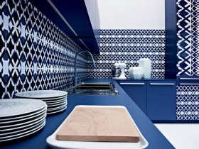 Blue-and-white kitchen in a Mediterranean style