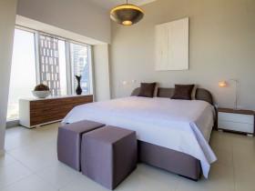 Светлая спальня з элементамі стыляў канструктывізм і кубізм