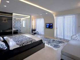 Светлая спальня ў стылі гань-цёк з элементамі стылю сафары