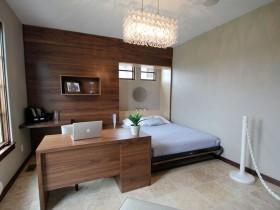 Светлая спальня, сумешчаная з асабістым кабінетам
