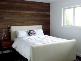 Белая спальня з адной драўлянай сцяной