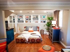 Маленькая спальня з драўляным падлогай і чорным камодай