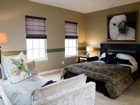 Інтэр'ер спальні ў кантрасных адценнях з карцінай папугая над ложкам
