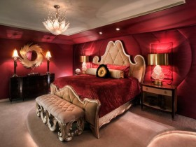 Раскошная спальня ў цёмна-чырвоных адценнях з рамантычнай падсветкай