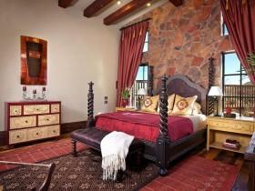 Арыгінальны інтэр'ер спальні з каменнай сцяной і чорнай крвоатью