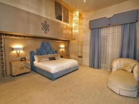 Вялікая раскошная спальня ў цёплых танах