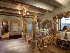 Раскошная спальня ў сярэднявечным стылі з калонамі і дарагі драўлянай мэбляй