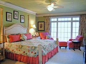 Светла-зялёная спальня з ружовай мэбляй