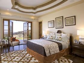 Прыгожая спальня з шматузроўневым столлю
