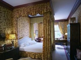 Спальня з асабістым кабінетам і ложкам пад балдахінам