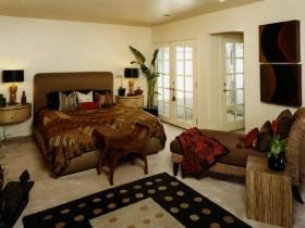 Дызайн светлай спальні з цёмнай мэбляй