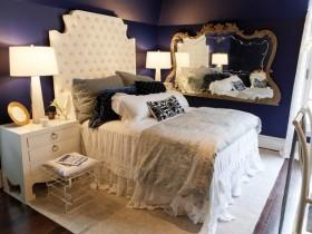 Цёмна-сіняя спальня з белай мэбляй