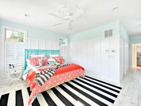 Светлая спальня з яркай ложкам