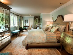 Креатвиный інтэр'ер класічнай спальні з люстраным шафай і зялёным камодай