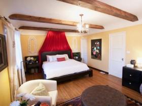 Яркі інтэр'ер спальні з жоўтымі сценамі і белым столлю
