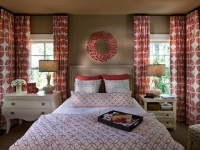 Bedroom in red and white tones