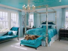 Спальня ў блакітным колеры з ложкам пад балдахінам