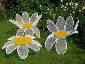 Садовыя крэслы ў выглядзе рамонкаў