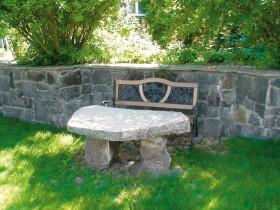 Каменны столік у садзе