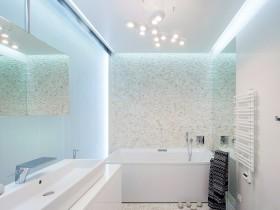 Красивая ванная комната в светлых оттенках