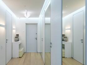 Светлый коридор в современной квартире