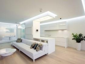 Интерьер совмещенной гостиной в светлой квартире