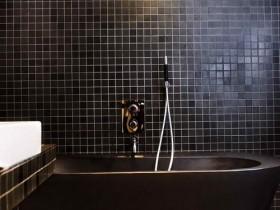 Темная плитка в ванной комнате