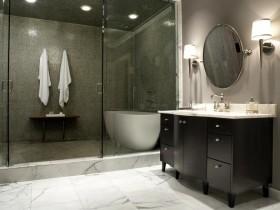Большая ванная комната темного цвета
