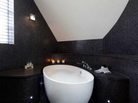 Небольшая ванная черного цвета