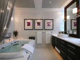Ванна кімната з темними меблями