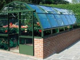 Кирпичная теплица со стеклянной крышей