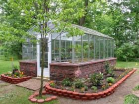 Теплица из стекла и природного камня