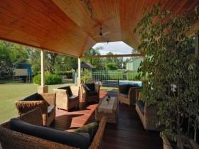 Деревянная терраса с садовой мебелью