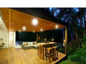 Ночное освещение деревянной террасы
