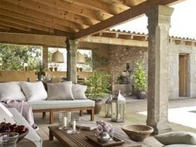 Деревянная терраса с бетонными опорами