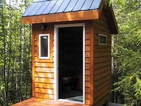 Стильный туалет из дерева