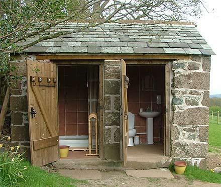 Где лучше построить туалет для дачи?