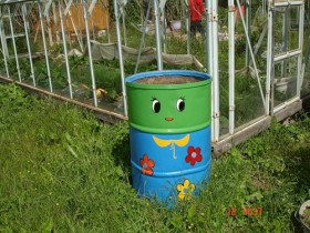 The decoration of the lawn, painted the barrels