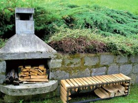 Oven-barbecue in retaining wall