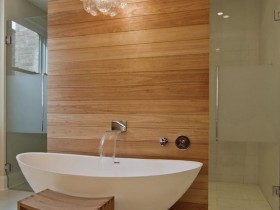 The combination of white bathtub with wooden finish