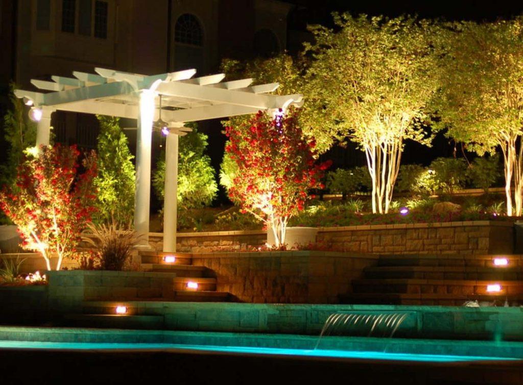 Прожекторы для освещения ландшафта, подсветки деревьев и кустарников снизу светодиодами.