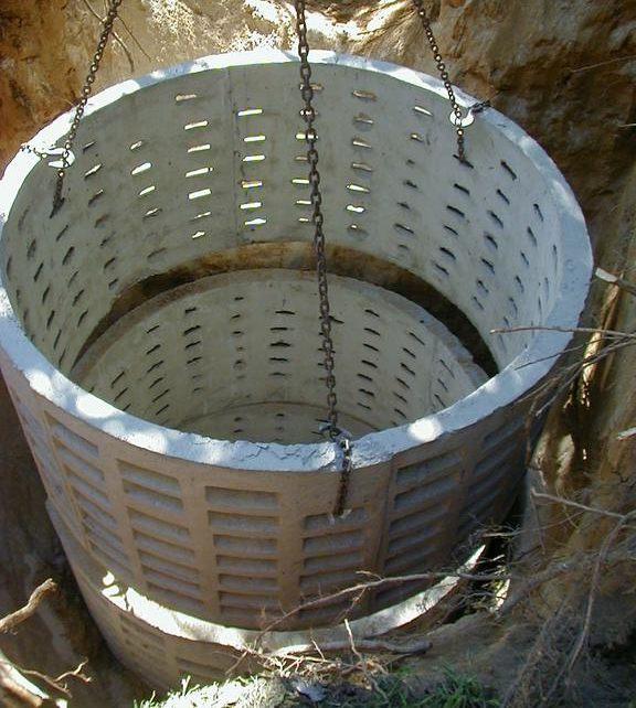 Установка бетонных колец для выгребной ямы