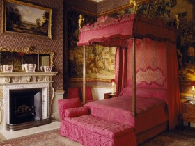 Bed design in Victorian style