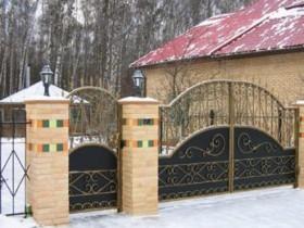 Металеві ворота в поєднанні з кам'яними опорами